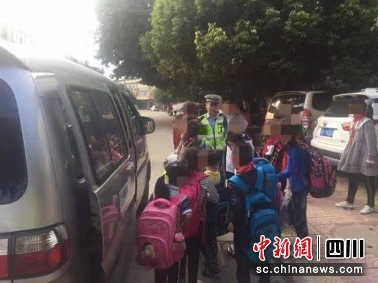 """绵阳三台:面包车变身超员""""黑校车"""" 驾驶员涉嫌危险驾驶罪"""